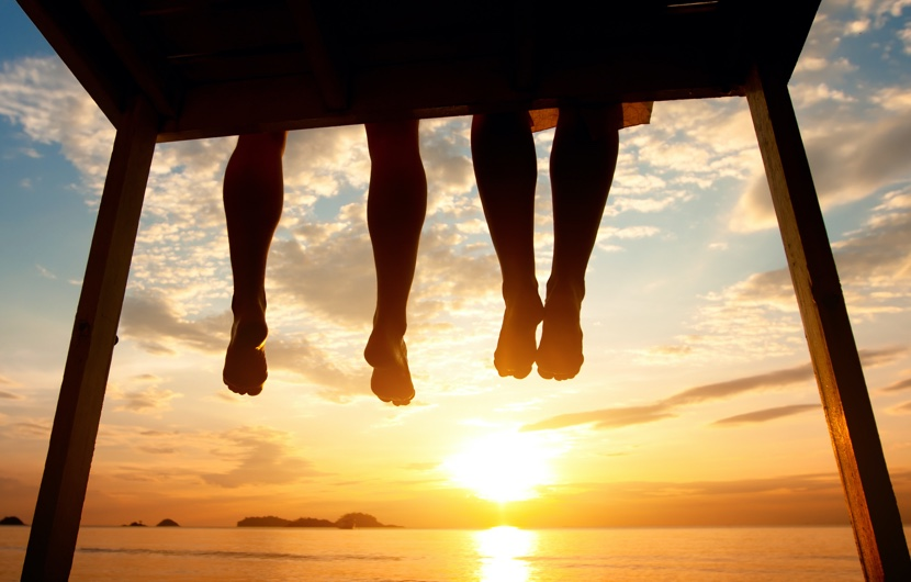 拇指外翻/拇趾外翻/Bunion feet-hanging-from-dock-watching-sunset